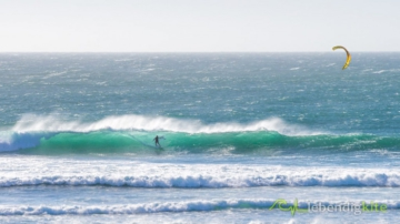 perfect wave in Gnaraloo Australia with strapless Kitesurfing Board and Cabrinha Drifter Kite